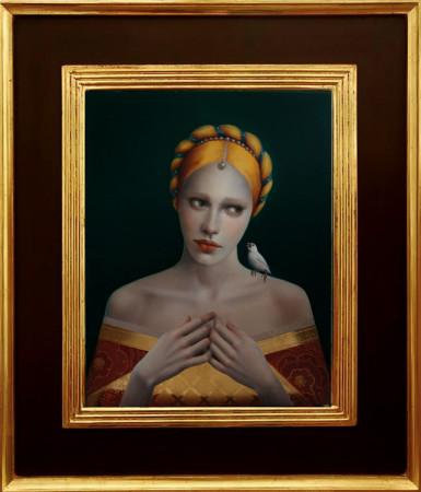 """Justyna Giza, """"Złota z białym ptaszkiem"""" – z cyklu """"Kobiety z wizerunkami białych ptaków"""", 2016-2017, olej na desce, płatki złota 24 karatowego, wymiary 50x40 cm, z ramą 76×66 cm, rama jest ręcznie malowana przez autorkę oraz złocona 24 karatowym złotem, / NIEDOSTĘPNY"""