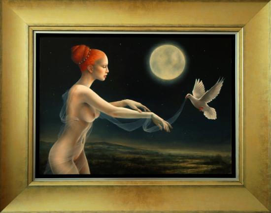 """Justyna Giza, """"Biały gołąb"""" – z cyklu """"Kobiety z wizerunkami białych ptaków"""", 2016-2018, olej na desce /technika laserunkowa/, wymiary 50×70 cm, z ramą 76×96 cm, /  Wszystkie obrazy są namalowane techniką laserunkową. Efekt laserunków polega na przenikaniu światła przez wiele warstw czasem nawet kilkudziesięciu cienko i przezroczysto nakładanej farby, pozwala to na budowanie głębi obrazu. Padające na obraz światło przenika przez te warstwy i odbijając się od kredowego podłoża, rozświetla barwniki od spodu. Jest to technika bardzo czasochłonna i wymagająca dużego nakładu pracy i wiedzy technologicznej. Dzięki zastosowaniu tej techniki można osiągnąć wrażenie głębi, szlachetności, uzyskać bogactwo tonalne barw i soczystość kolorów. Technika ta w dawnych czasach była sekretem mistrzów niderlandzkich i włoskich. Ze względu na ogromną pracochłonność malarstwo laserunkowe zanikło praktycznie zupełnie w dzisiejszych czasach. Żadną inną techniką malarską nie można uzyskać podobnych efektów. Mistrzem laserunku był m.in. Rembrandt / NIEDOSTĘPNY"""