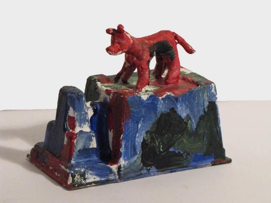 """Zdzisław Nitka """"Pies i architektura"""" 2010, papier, tworzywo, akryl, wysokość 18 cm."""