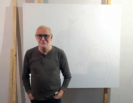 """Jarosław Modzelewski,  pracownia, 14 września, 2019, w tle na sztaludze szkic do obrazu """"Rower"""""""